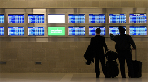 Ecrans d'information des vols dans un hall d'aéroport.