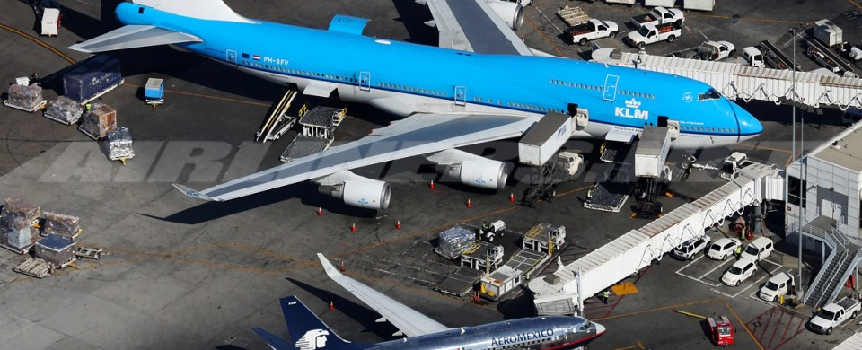 Comparison between a Jumbo Jet and a Boeing 737 at LAX airport